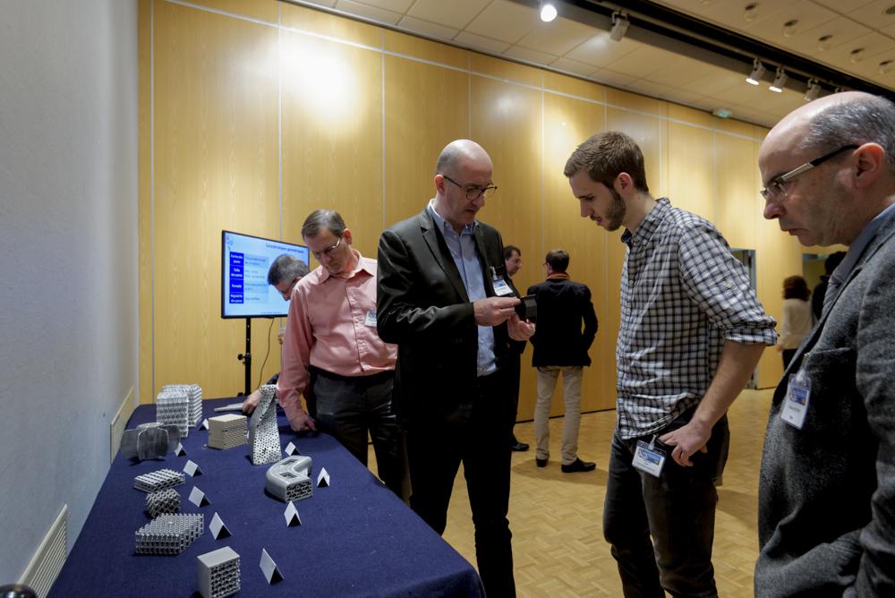 Des exemples de mousses métalliques exposées ont suscité un grand intérêt des participants