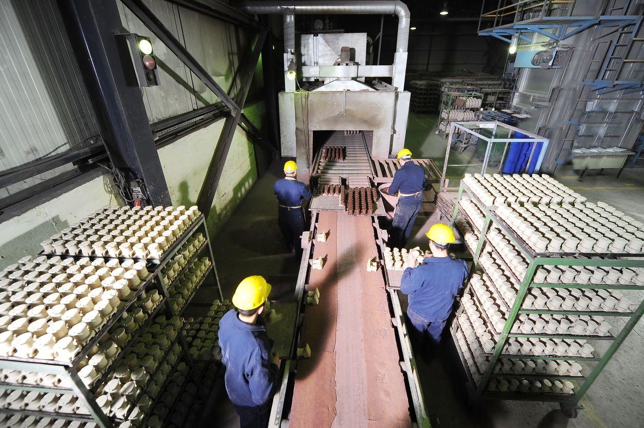 ouvriers -chaine-usine-liants inorganiques-fonderie-protection environnement-sante-securite