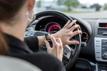 automotive-connection-rouen-femme-conduite-voiture-connectee